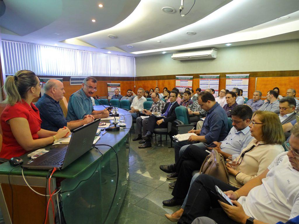 Presidente do Coema, Artur Bruno, ao microfone, explica a necessidade de adiar a discussão da proposta