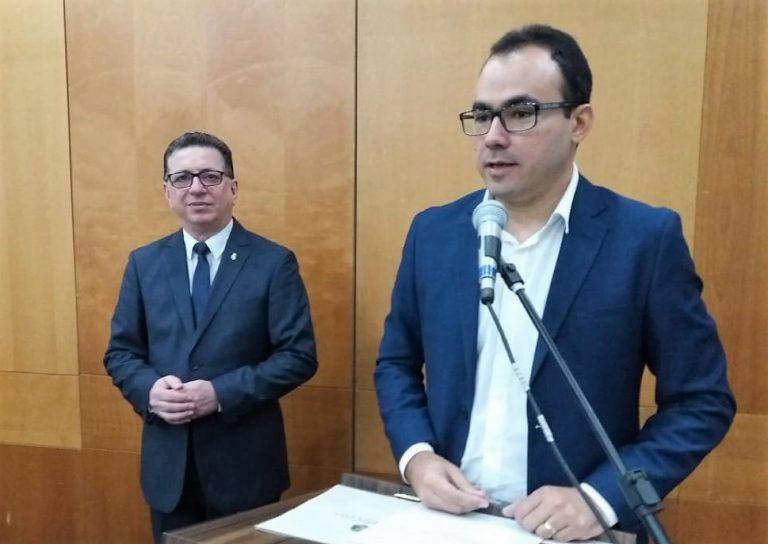 Na imagem, o superintendente da Semace, Carlos Alberto Mendes, fala ao microfone