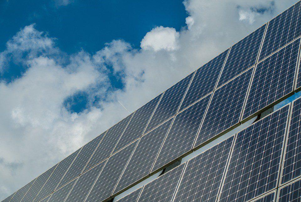Placa fotovoltaica com céu azul ao fundo
