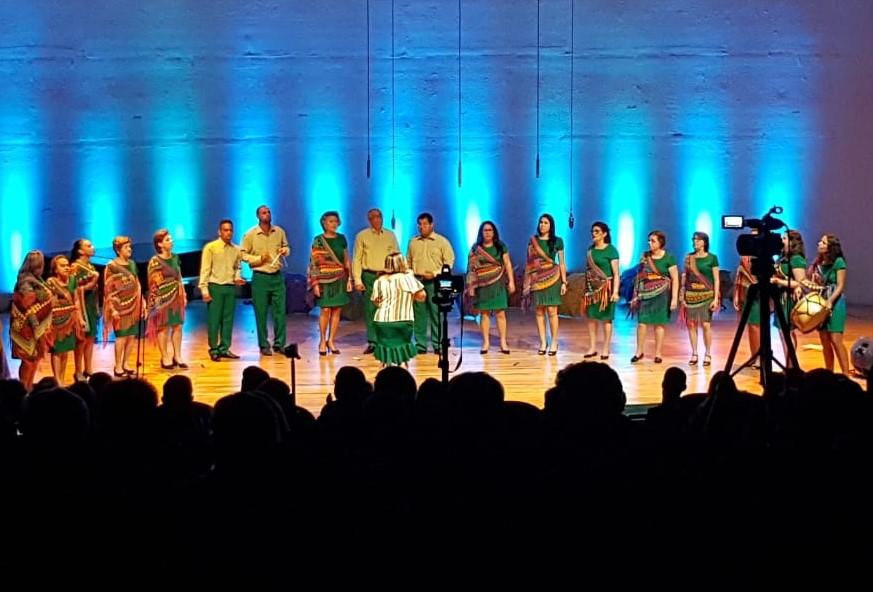 Coral Verdes Vozes em apresentação no palco do Festival Paraibano de Coros