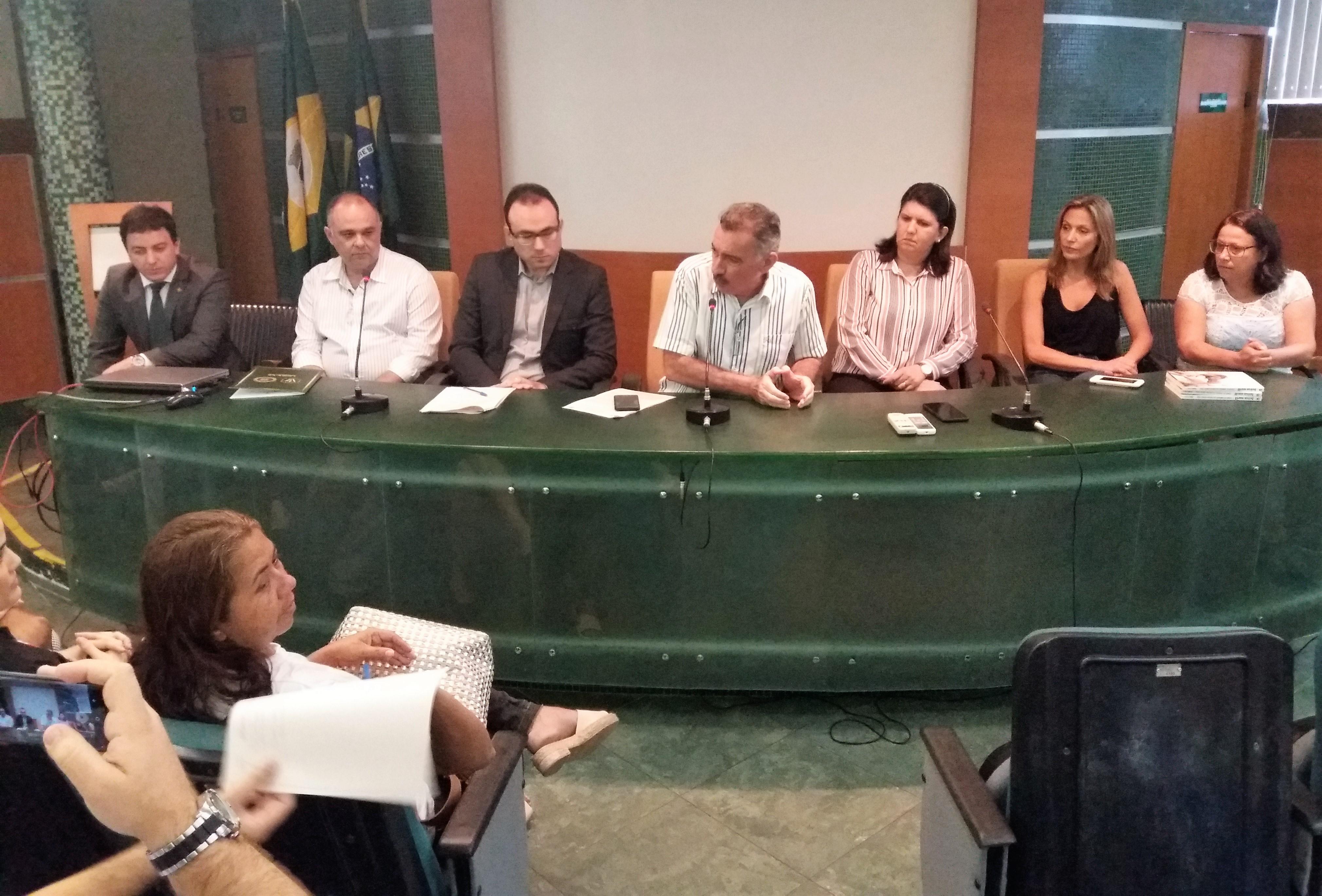 Secretário do Meio Ambiente, Artur Bruno, comanda mesa na reunião de apresentação dos pareceres sobre a situação dos ursos do zoológico de Canindé