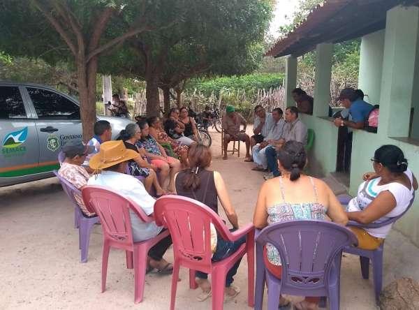 Cadastradores do CAR fazem reunião preparatória na frente de uma casa da localidade atendida