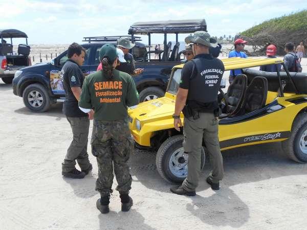 Fiscais atuam junto a motoristas na praia