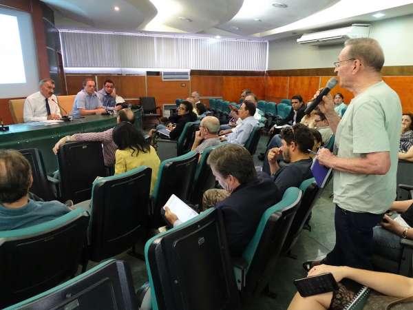 Morador do Porto das Dunas fala durante a reunião do Coema que aprovou o alargamento da CE-025