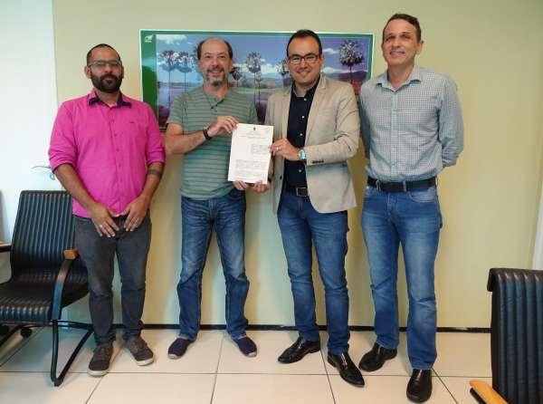 Prefeito de Sobral e superintendente da Semace posam com termo de cooperação assinado