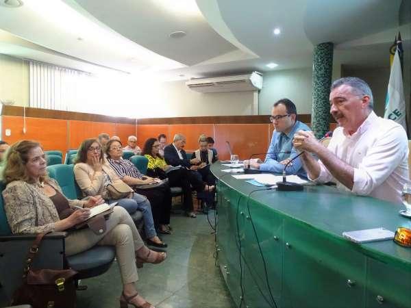 Presidente do Coema, Artur Bruno, fala durante a reunião
