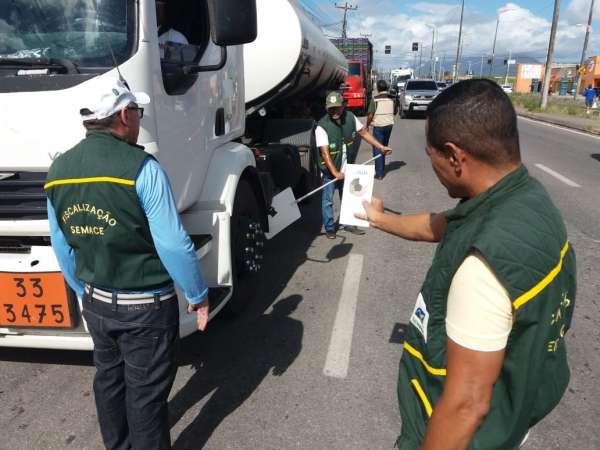 Técnicos da Semace mede negrume da fumaça emitida por caminhão