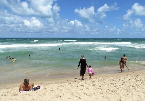 Pessoas se divertem na praia