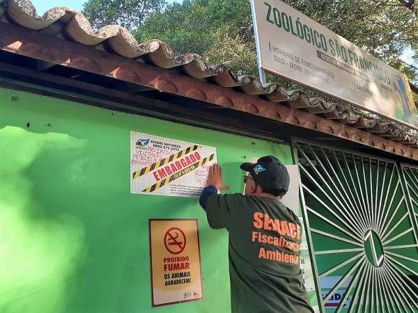 Fiscal prega adesivo de embargo na entrada do zoológico