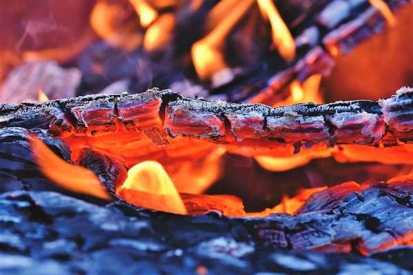 Detalhe de fogo consumindo a mata