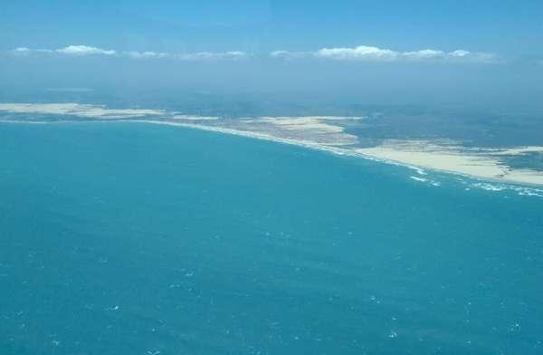 Vista aérea do litoral sem mancha de óleo