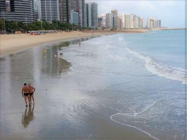 Praia do Meireles com banhistas
