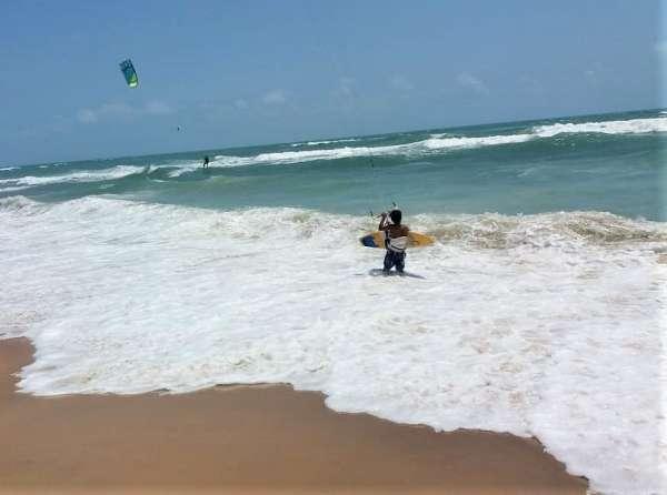 Kitesurfista se prepara para decolar no mar