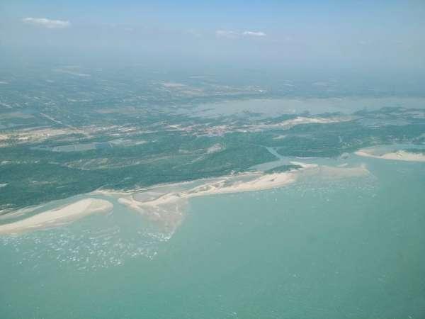 Imagem aérea mostra mar sem mancha