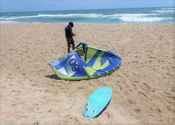 Kitesurfista ajusta a pipa antes de decolar