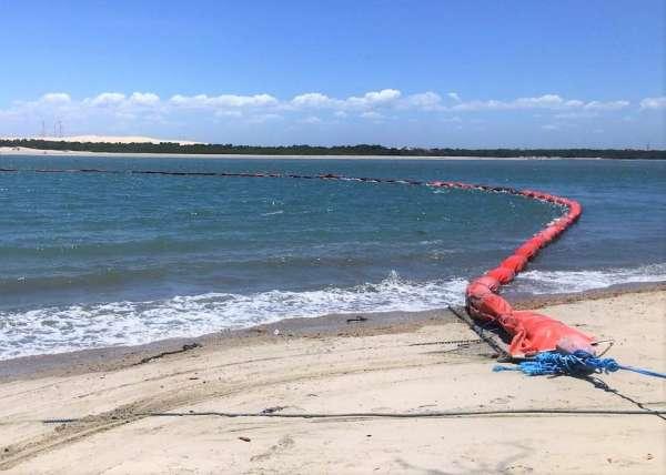 Boias de contenção do óleo na foz do rio Jaguaribe