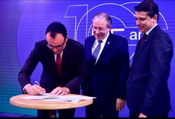 Superintendente Carlos Alberto Mendes assina termo de compromisso ao lados dos presidentes das entidades industriais
