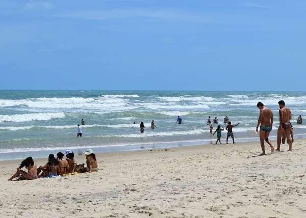 Praia do Futuro com banhistas