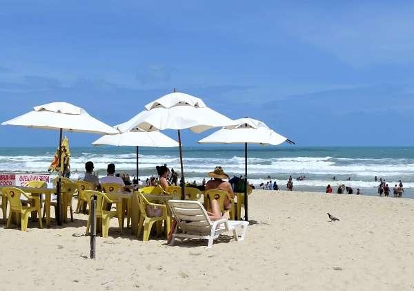 Banhistas se divertem na Praia do Futuro