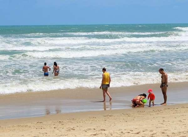 Crianças e adultos se divertem na Praia do Futuro