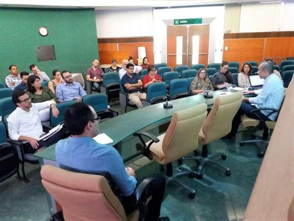 Diretores e gerentes reunidos