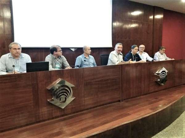 Mesa na discussão do ZEEC