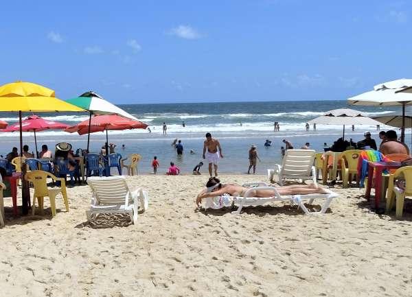 Banhistas tomam sol na Praia do Futuro