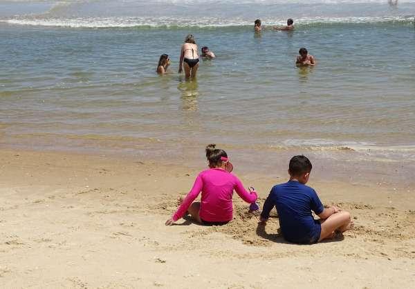 Crianças brincam na Praia do Futuro