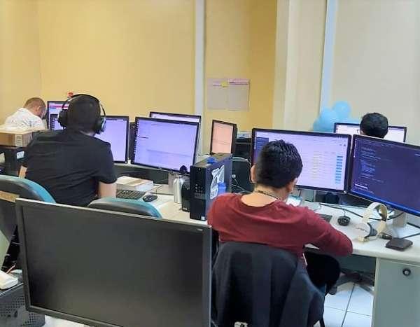 Servidores do setor de TI da Semace operam computadores