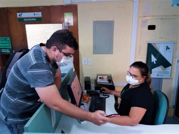 Servidor e cidadão usam máscara no atendimento