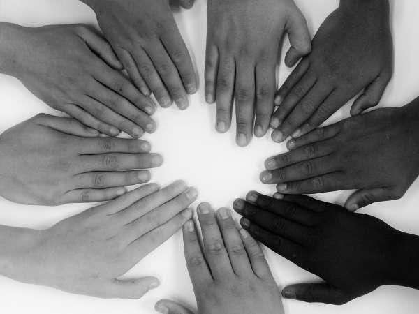 Mãos juntas dando ideia de união