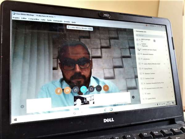 Superinendente na tela do notebook, durante reunião virtual