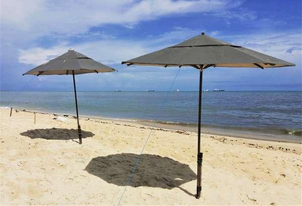 Praia com dois sombreiros