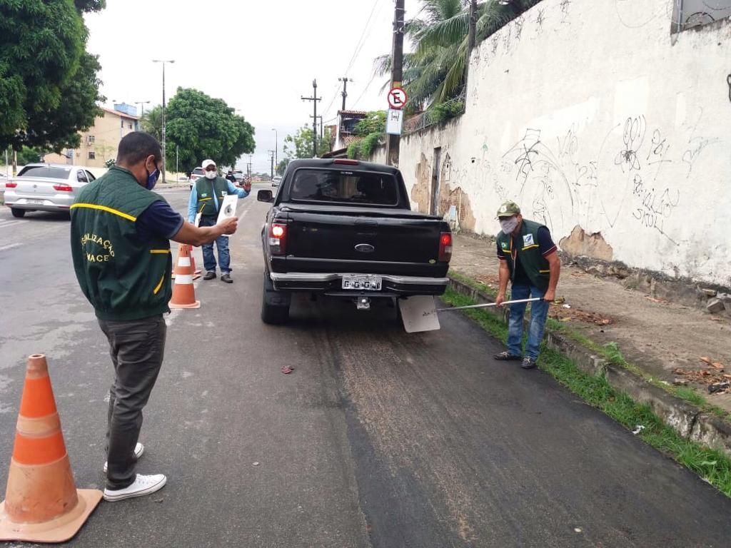 58 veículos vistoriados e cinco multados em blitze da Semace de combate à fumaça preta